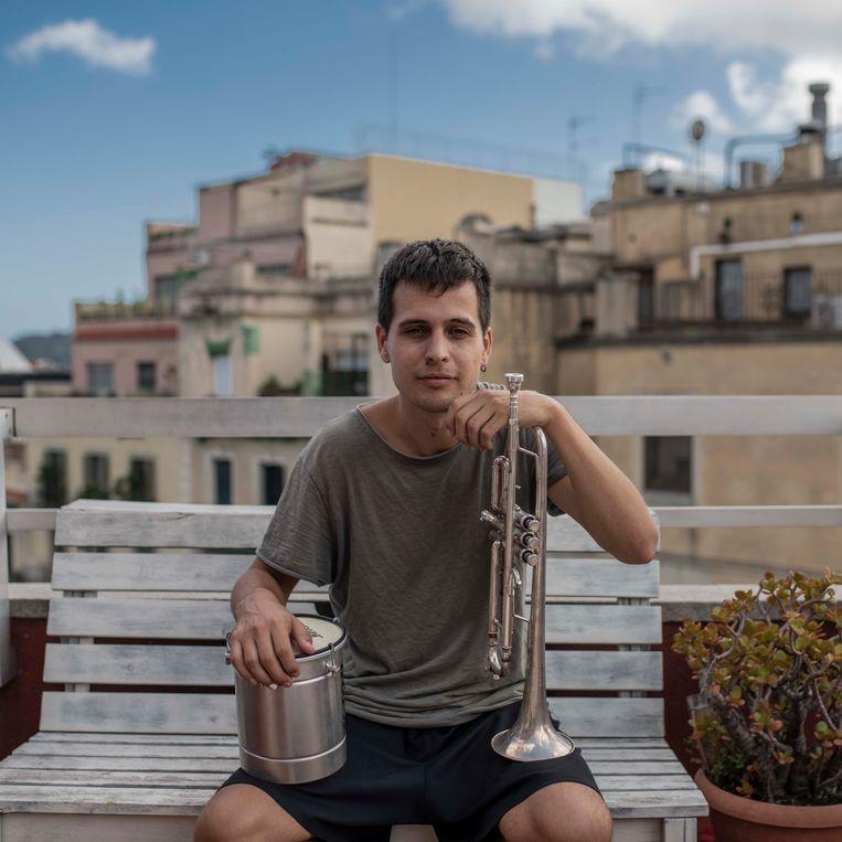 Klaus Stroink op een van de beroemdste dakterrassen van Spanje, het dakterras in Barcelona waar Stay Homas zijn liedjes speelde. Beeld Maria Contreras Coll