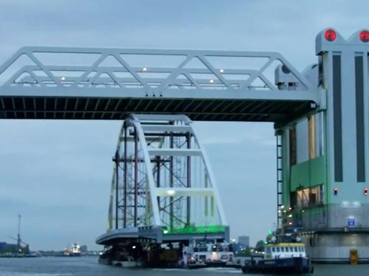 200 meter hoge brug wordt door hartje Rotterdam vervoerd