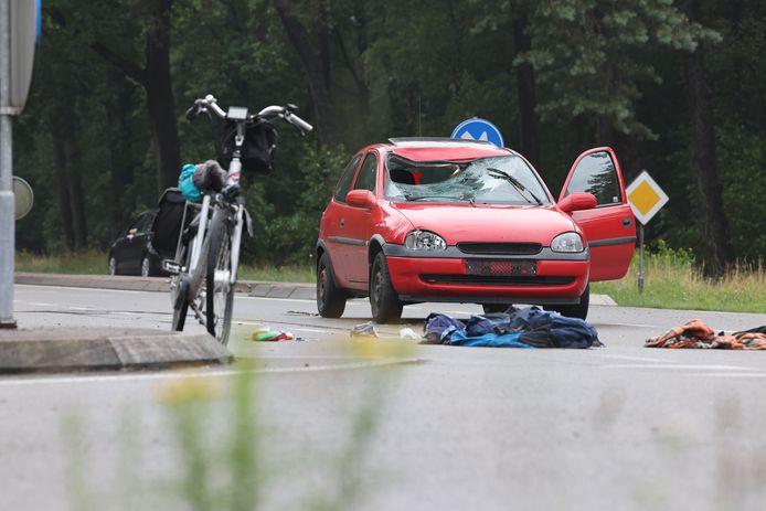 Een fietser is met spoed naar het ziekenhuis gebracht na een botsing met een auto.