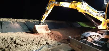 Nachtelijk werk langs Afgedamde Maas. Waarom gaat de Kromme Nol-kering nog niet dicht?
