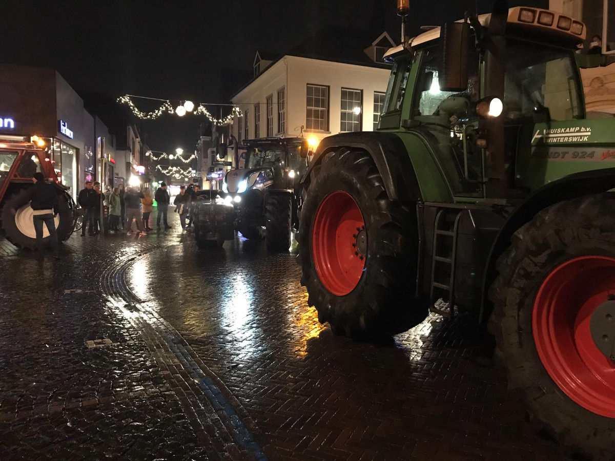 Boeren in trekkers zijn massaal van de partij in Winterswijk, waar een protest gaande is tegen de stikstofregels.