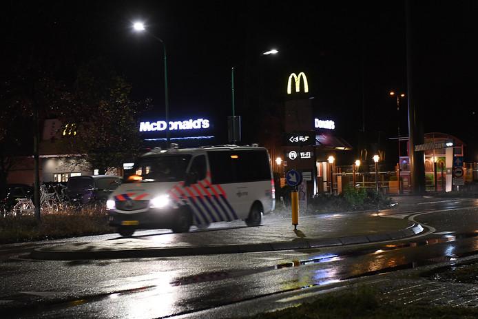 Politie bij de McDonald's in Cuijk.