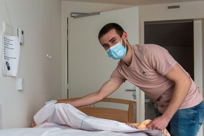 Thijs Beekmans, een van de mensen die een tijdelijke coronabaan heeft bij Archipel. Hij ontlast zorgmedewerkers door op de afdeling te helpen met 'simpel' werk als een praatje maken met bewoners en opruimen.