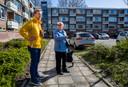 EVB-leider Lennart van der Linden op campagne in Barendrecht met het oog op de gemeenteraadsverkiezingen van volgend jaar. Met mevrouw Romeijn bespreekt hij de buitenruimte in de Lavendelhof.