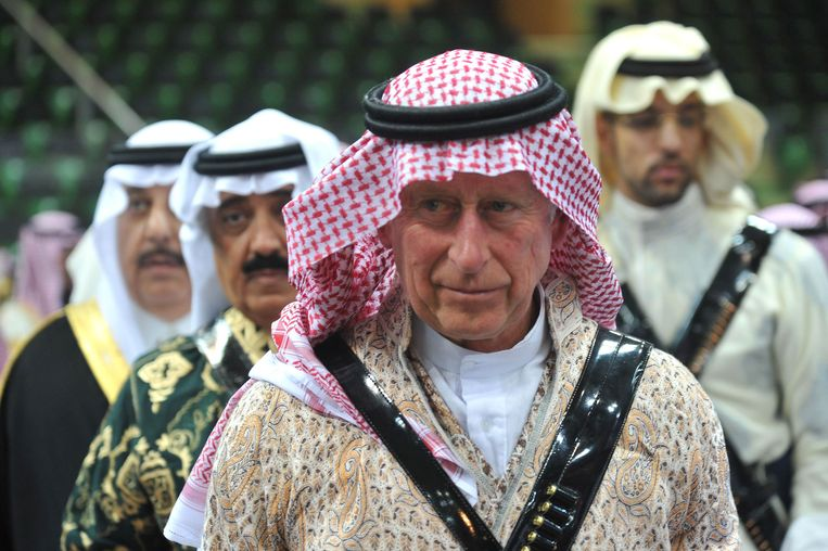 Britain's Prince Charles arrives to participate in the traditional Saudi dancing known as 'Arda' during the Janadriya culture festival at Der'iya in Riyadh, on February 18, 2014.    REUTERS/Fayez Nureldine/Pool  (SAUDI ARABIA - Tags: POLITICS ROYALS) Beeld null