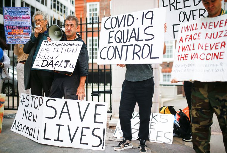 Activist Piers Corbyn (links) is de broer van voormalig Labour-leider Jeremy Corbyn.  Beeld REUTERS