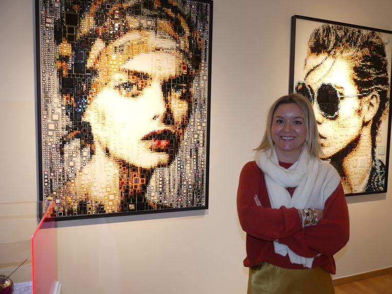 Isabelle Scheltjens bij haar werken in haar galerie in Sint-Martens-Latem.