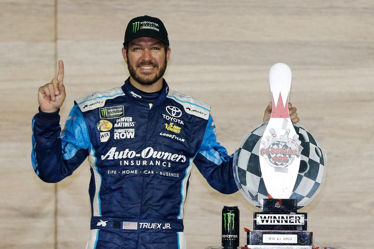KANSAS CITY, KS - MAY 13: Martin Truex Jr., driver of the #78 Auto-Owners Insurance Toyota, celebrates in Victory Lane after winning the Monster Energy NASCAR Cup Series Go Bowling 400 at Kansas Speedway on May 13, 2017 in Kansas City, Kansas. (Photo by Jonathan Ferrey/Getty Images) Beeld Getty Images