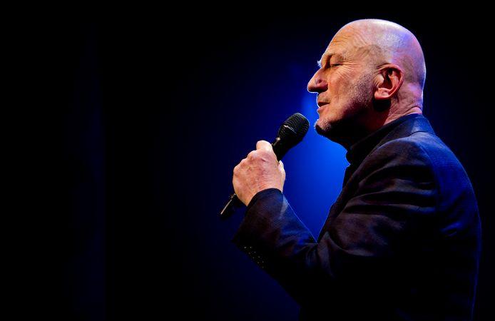 Gerard van Maasakkers zingt in 2012 het lied 'Zomaar onverwacht', dat hij schreef met componist/pianist Egbert Derix. Het tweetal kreeg hiervoor de  Annie M.G. Schmidtprijs voor het beste theaterlied van 2011.