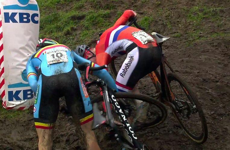 Het beeld van de wedstrijd: Van der Poel en Van Aert verstrikt in elkaar Beeld Photo News