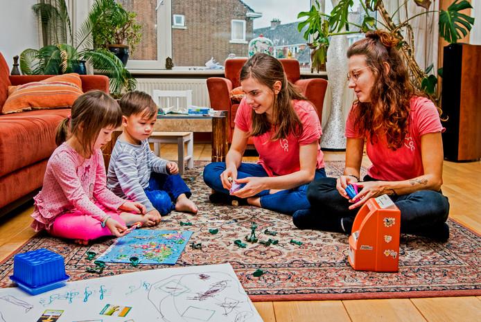 De Holiday-Sitters Kristina Blagoeva (links) en Lydia Mantzourani passen ook op de kinderen en het huis als de ouders op vakantie zijn.