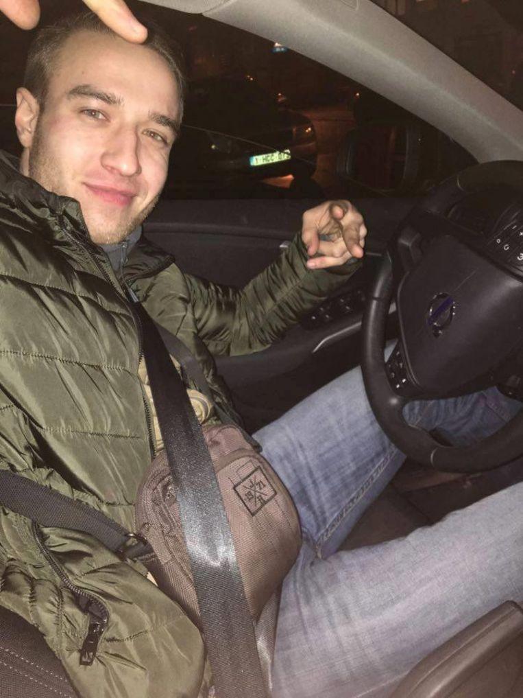 Inbreker Patryk poseert in een gestolen Volvo V40.