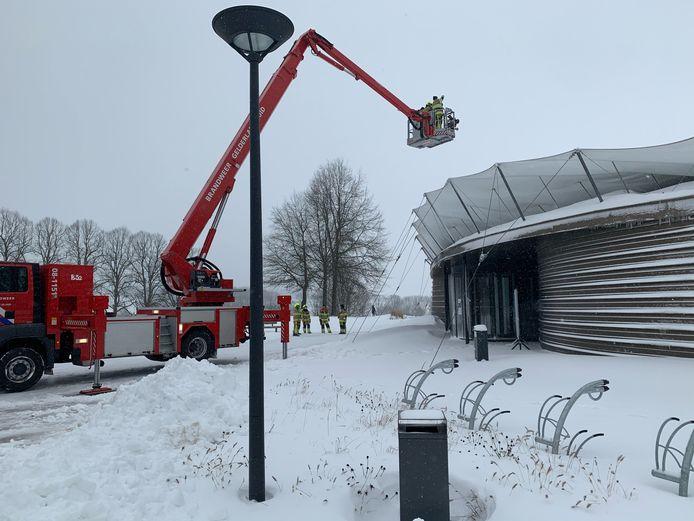 De Groesbeekse brandweer schoot te hulp om het ingestorte dak van het Vrijheidsmuseum sneeuwvrij te maken.