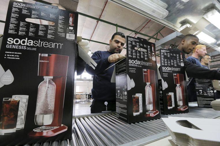 Sodastream-werknemers pakken dozen in in de fabriek in een nederzetting op de Westerlijke Jordaanoever. Beeld REUTERS
