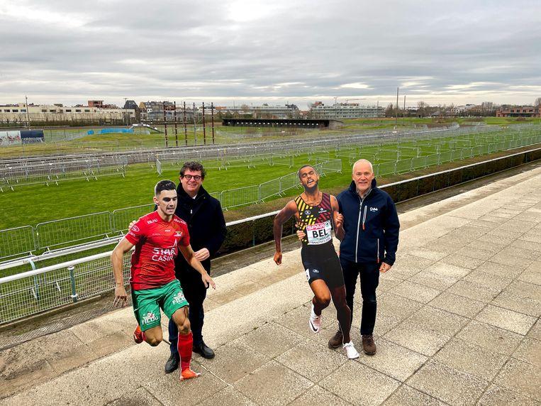 Bart Tommelein en Bart Plasschaert met twee van de sportieve ambassadeurs die de renners stilzwijgend zullen toejuichen tijdens het WK Veldrijden, als het doorgaat natuurlijk. Beeld Benny Proot