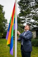 CDA-wethouder Roland Cornelissen hijst de regenboogvlag in zijn voortuin, de gemeente Rijssen-Holten doet dit niet