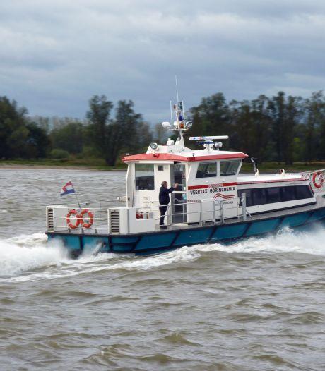 Brandweer Gorinchem rukt uit met veertaxi voor brand op bootje