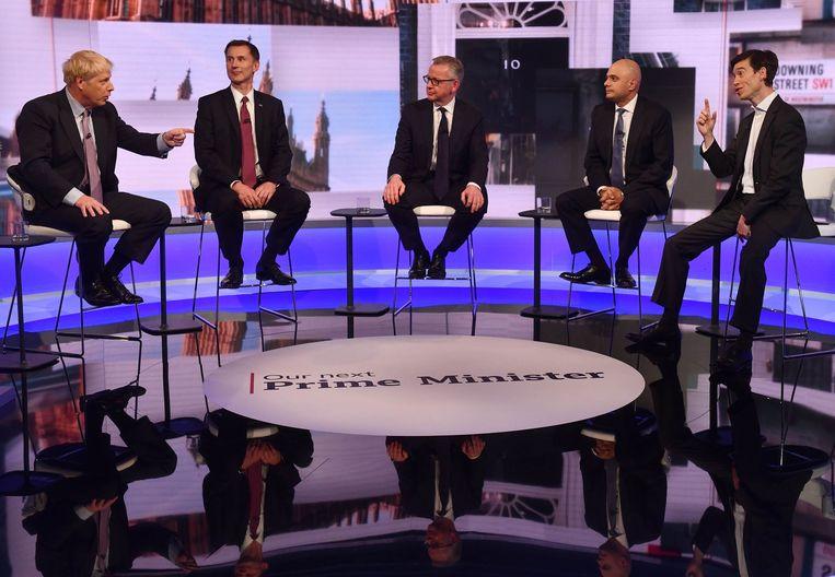 De vijf overgebleven kandidaten gingen dinsdagavond bij de BBC in debat: Boris Johnson, Jeremy Hunt, Michael Gove, Sajid Javid en rechts (zonder stropdas) Rory Stewart. Beeld AFP / Jeff Overs-BBC
