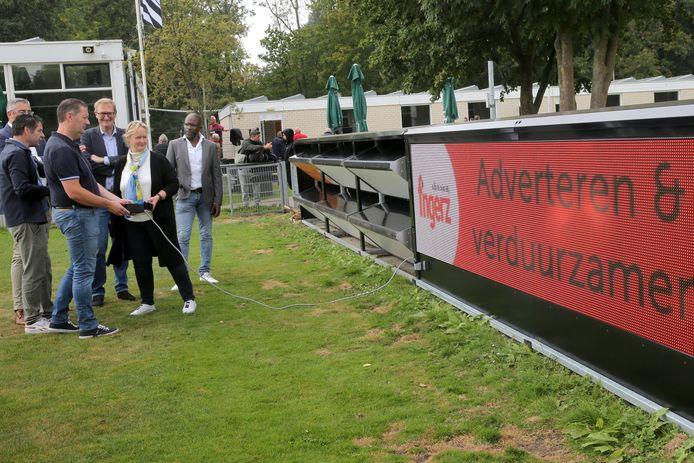 Wethouder Antoinette Laan neemt het reclamebord op zonne-energie in gebruik bij voetbalvereniging Excelsior20.