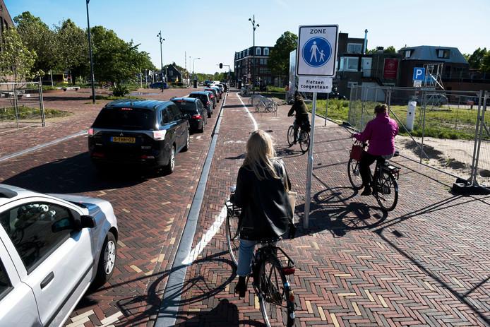 Op het trottoir van de onlangs heringerichte Castellumlaan is er nu een provisorisch fietspad bijgefrommeld.