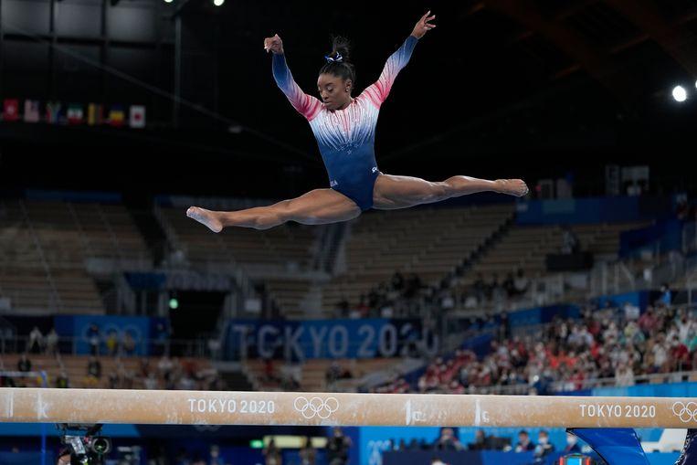 Simone Biles in actie op de evenwichtsbalk tijdens de Olympische Spelen in Tokio. Beeld AP