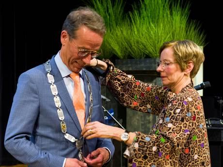 Dit is de burgemeester van Sliedrecht, en dit is zijn fonkelnieuwe ambtsketen