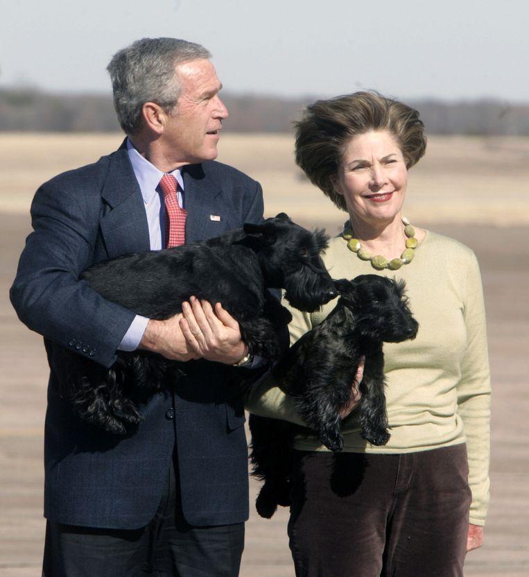 Oud-president George W. Bush met Barney en zijn vrouw Laura Bush met Miss Beazley in 2005.