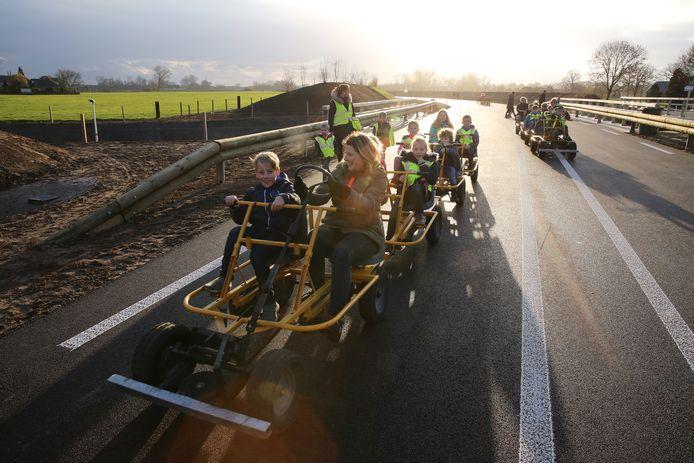 Kinderen met skelters of in een tuk tuk konden de nieuwe rondweg tijdens de opening uitproberen.