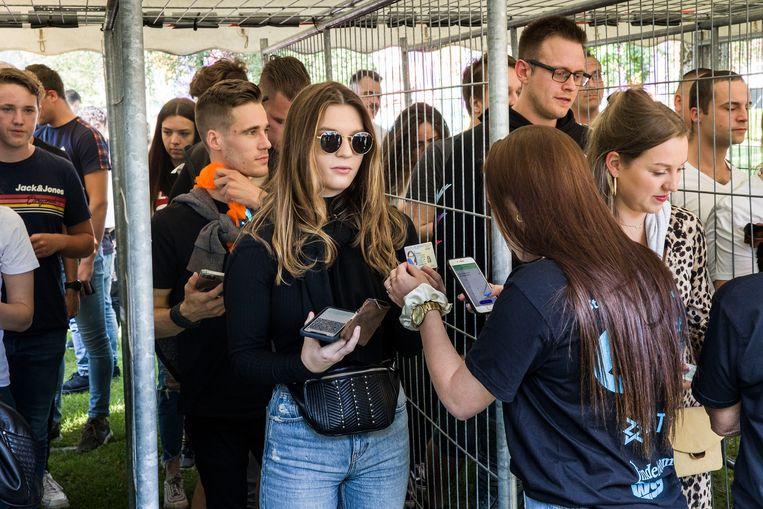 Bij het Sunday Stereo-festival in Venlo kon iedereen naar binnen met een coronatest en een QR-code. Beeld Arie Kievit