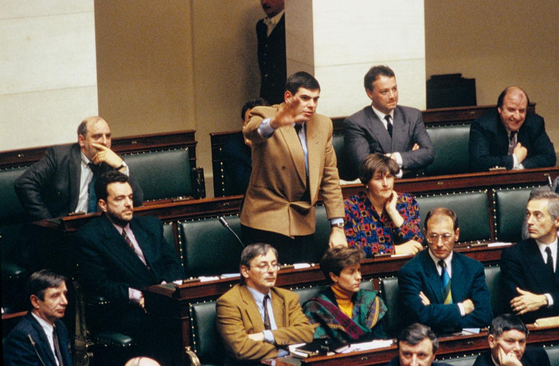 Filip Dewinter bij zijn eedaflegging in 1991. Hij vond het toen geestig om een Hitlergroet-achtig gebaar te maken. Beeld Photo News