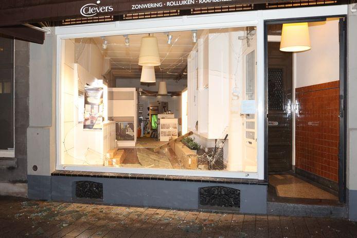 Ruiten van winkels werden ingegooid.