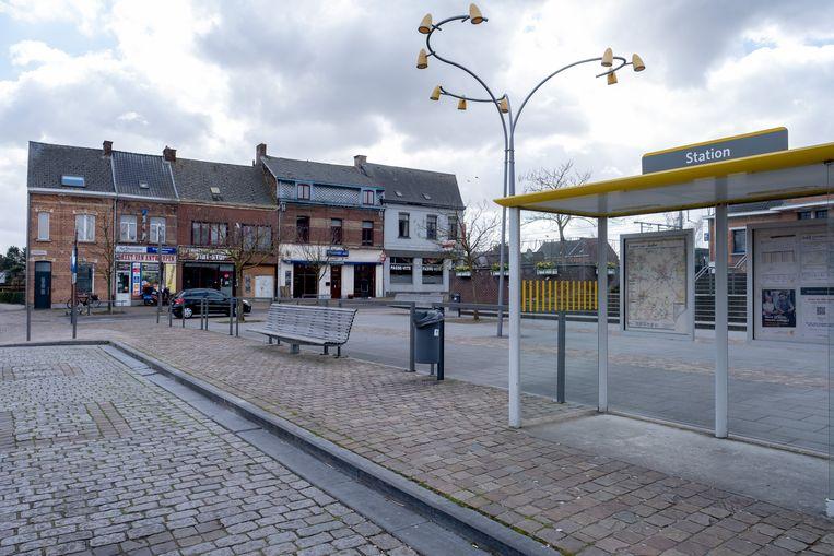 De steekpartij gebeurde aan het Stationsplein. Volgens een getuige kreeg het slachtoffer op het bankje naast de bushalte de eerste zorgen toegediend.