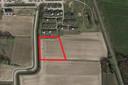 Het rode kader is het gedeelte van de akker dat eigendom is van de gemeente en verpacht wordt aan boer Jan Stegeman.