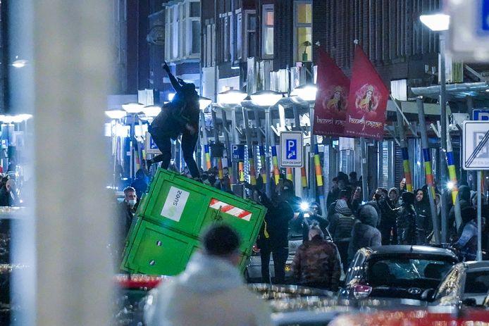 Opnieuw rellen tegen de avondklok in Rotterdam maandagavond.
