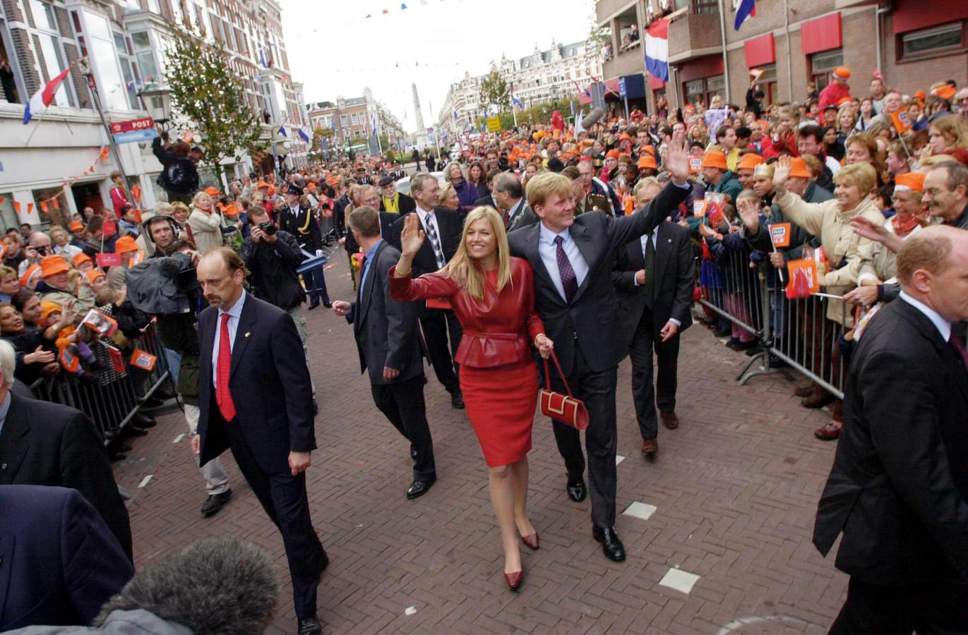 De kroonprins en Máxima tijdens de stadswandeling door de Weimarstraat un 2001.