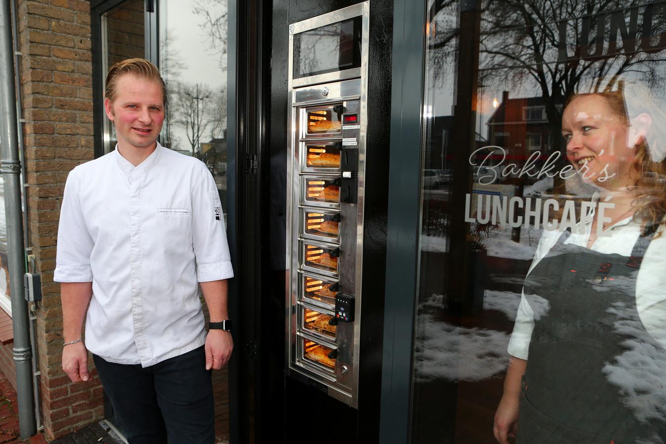 Arjan en Dieneke Bakker zijn trots op hun snackautomaat.
