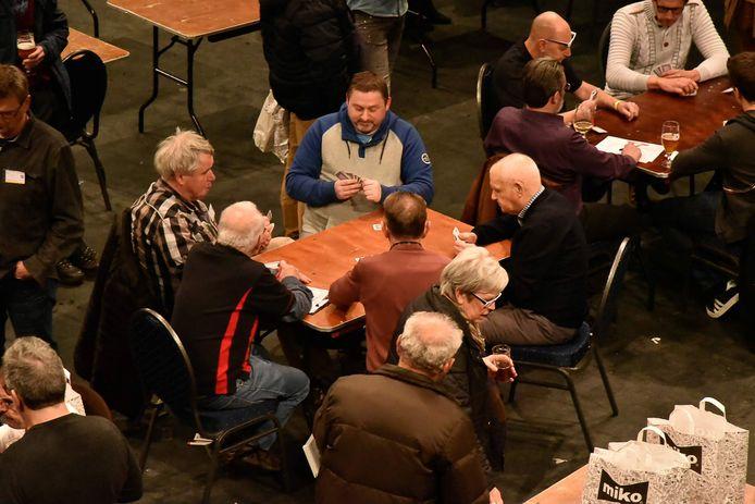 Een voorbeeld van mensen die met de kaarten spelen.