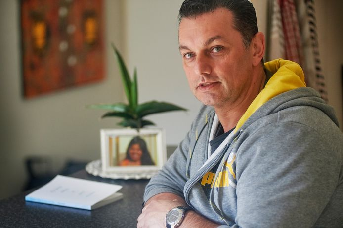 Mike Tomale uit Oss heeft een boek geschreven over de lijdensweg van zijn partner die aan longkanker is overleden.