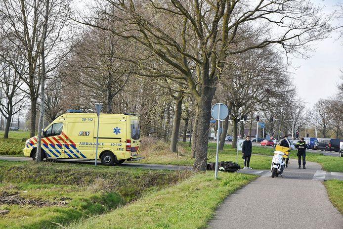 Scooterrijder schrikt van auto en botst tegen boom.