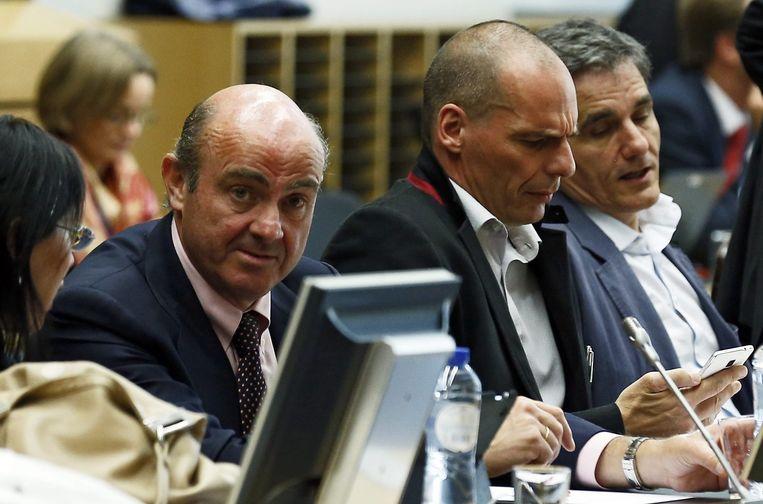 De Spaanse Economieminister Luis de Guindos naast de Griek Yanis Varoufakis. Beeld EPA