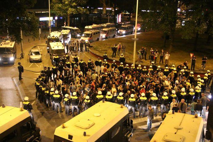 Politie op de been tijdens de rellen in de Schilderswijk twee jaar geleden.