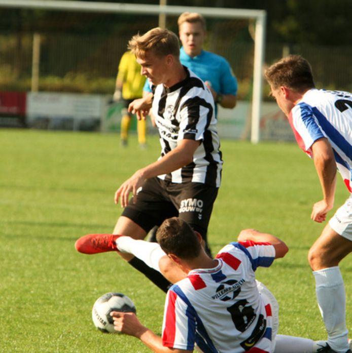 Stijn van den Broek aan de bal namens Gemert in de voorbereiding tegen UDI'19.