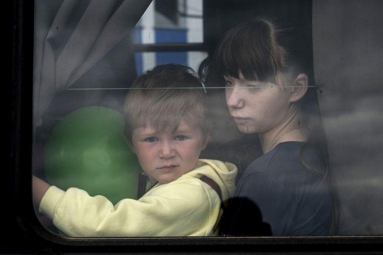 Kinderen worden in een bus uit Slavjansk geëvacueerd. Beeld AP
