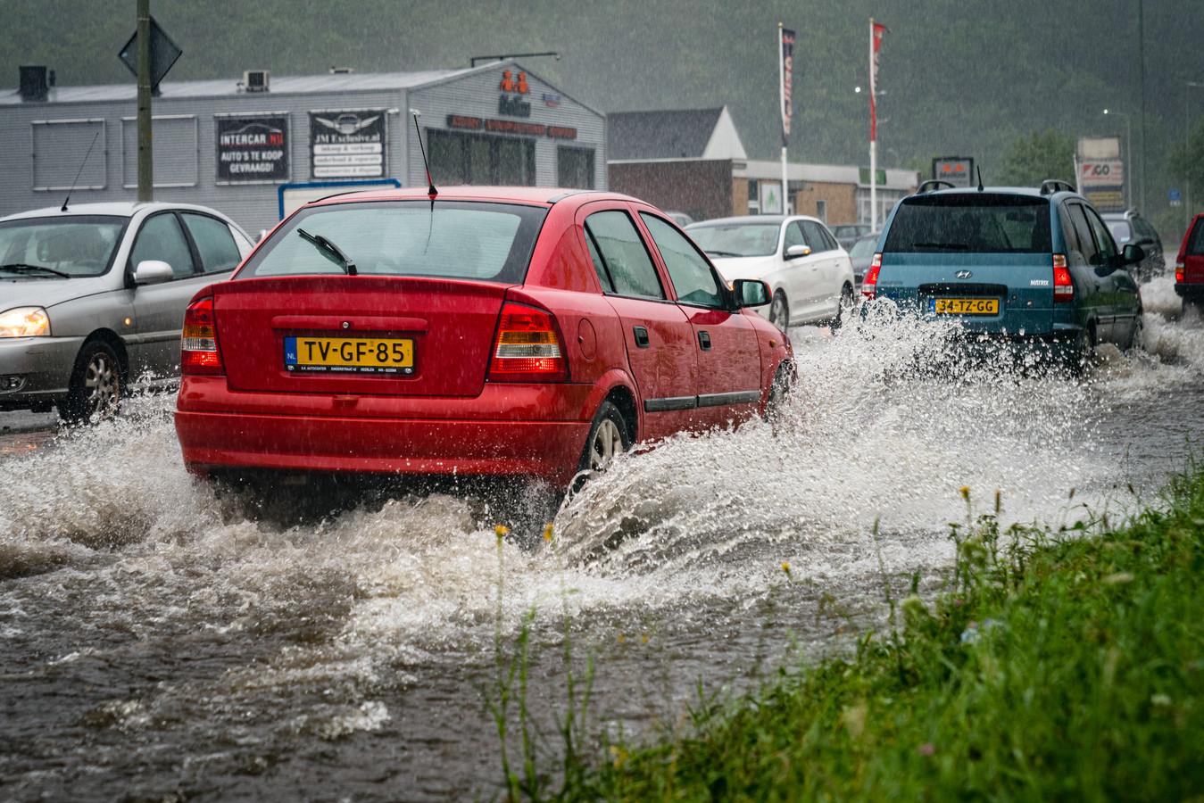 Wateroverlast en ondergelopen wegen in Heerlen.