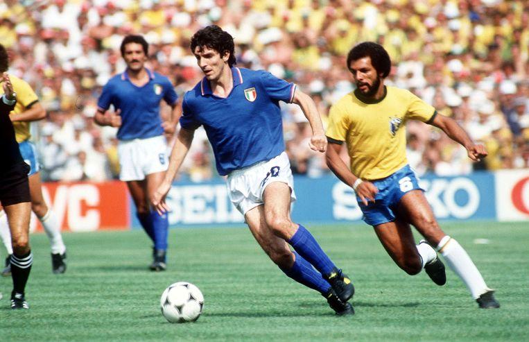 Rossi in de wedstrijd die hem grote furore bracht: de 3-2 tegen Brazilië op het WK van 1982. Hij was de uitblinker en scoorde drie keer. Rechts Junior.  Beeld Action Images