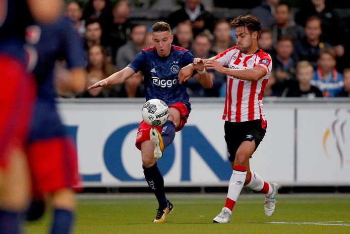 Mees de Wit (links) in het shirt van Jong Ajax.