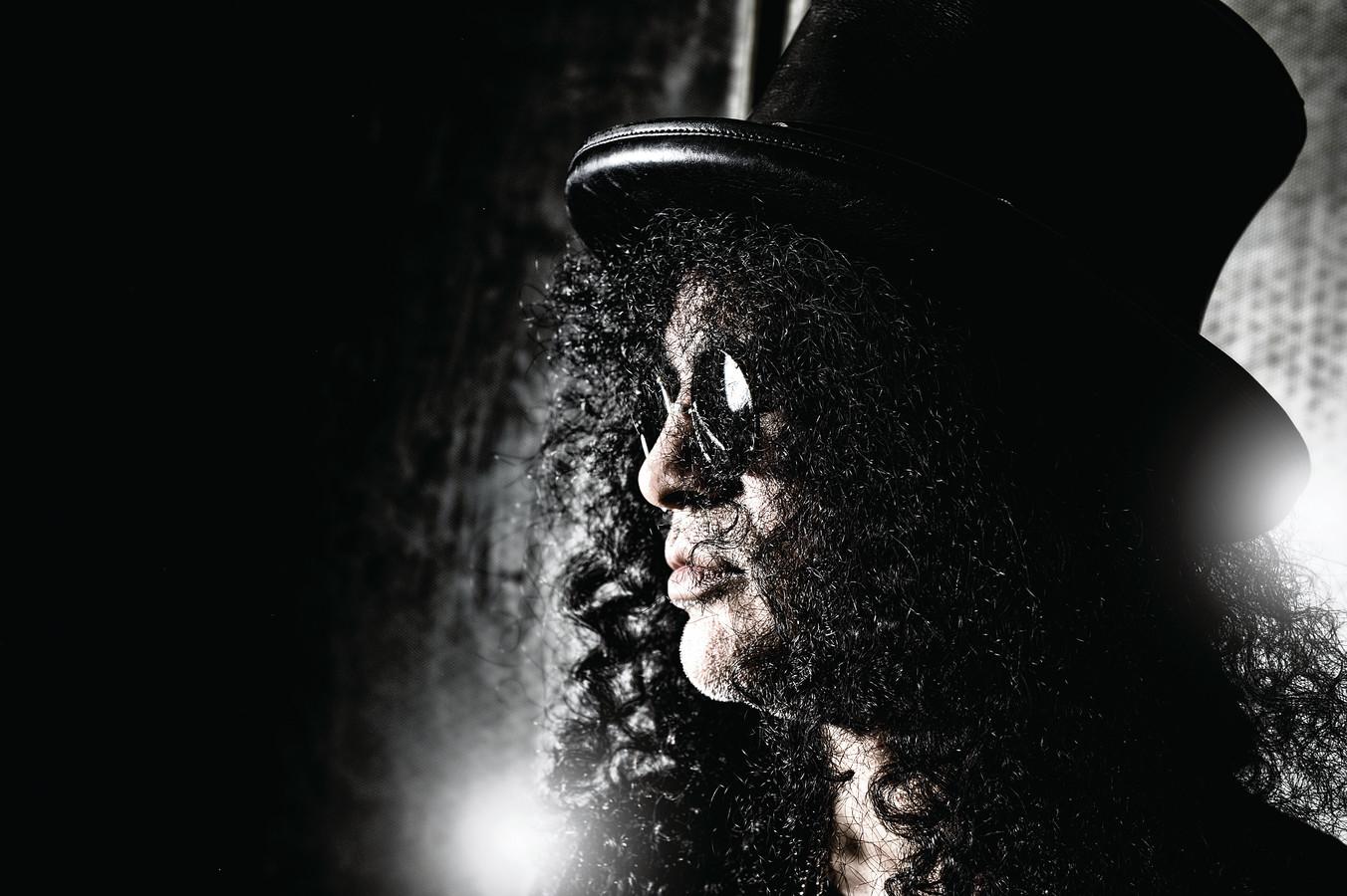 Een portret van Guns n Roses-gitarist Slash.