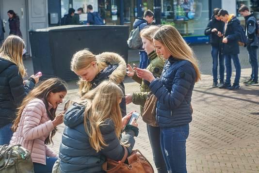 Tientallen jongeren zijn in het centrum op zoek naar elementen.
