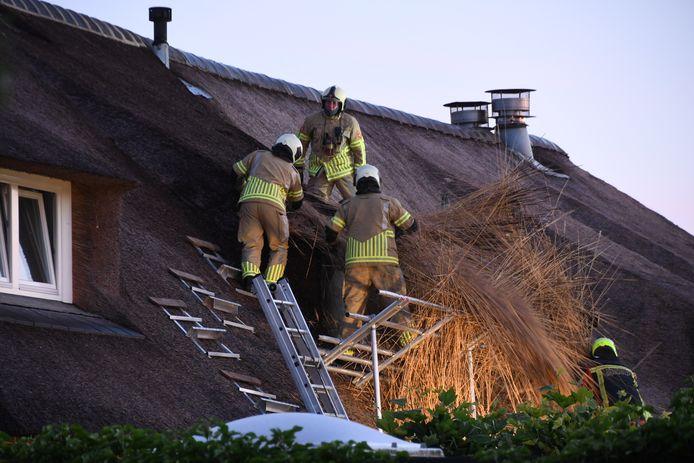 Op de Ruige Weide in Oudewater is in de nacht van dinsdag op woensdag brand ontstaan in het dak van een woonboerderij. Twee mensen moesten naar het ziekenhuis nadat ze rook hadden ingeademd.
