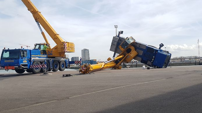 De omgevallen telescopische kraan aan de Natiënkaai, de achterkant van het station van Oostende. De kraanman raakte lichtgewond.